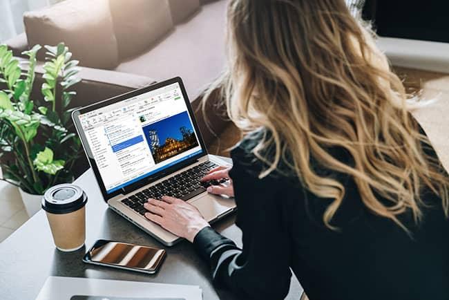 Office 365 für Mac - Outlook auf Macbook Frau